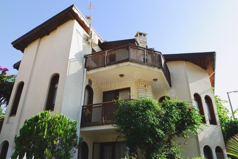 Ansicht des modernen Feiertagslandhauses in der Türkei lizenzfreie stockbilder