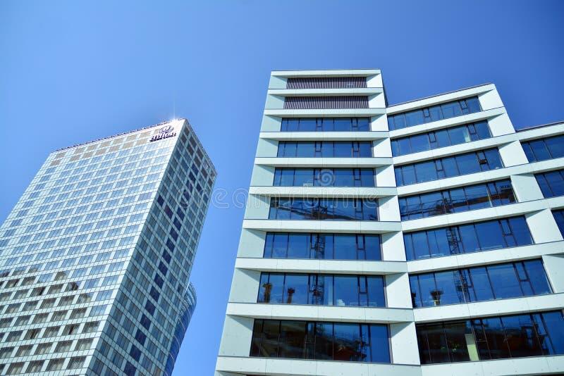 Ansicht des modernen Hotels auf dem Himmelhintergrund Hilton Hotel lizenzfreies stockfoto