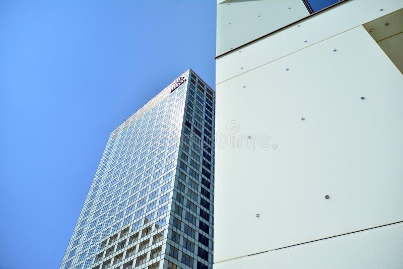 Ansicht des modernen Hotels auf dem Himmelhintergrund Hilton Hotel lizenzfreie stockfotos