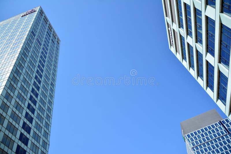 Ansicht des modernen Hotels auf dem Himmelhintergrund Hilton Hotel lizenzfreie stockfotografie