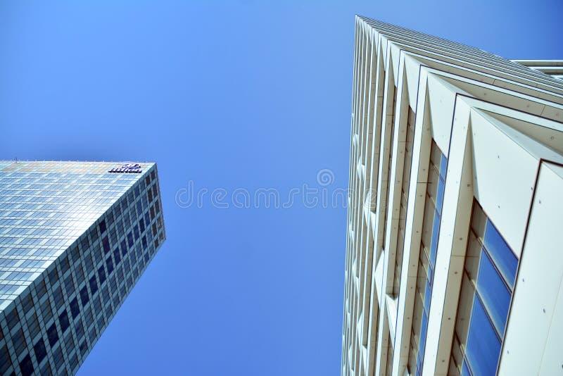 Ansicht des modernen Hotels auf dem Himmelhintergrund Hilton Hotel stockbild
