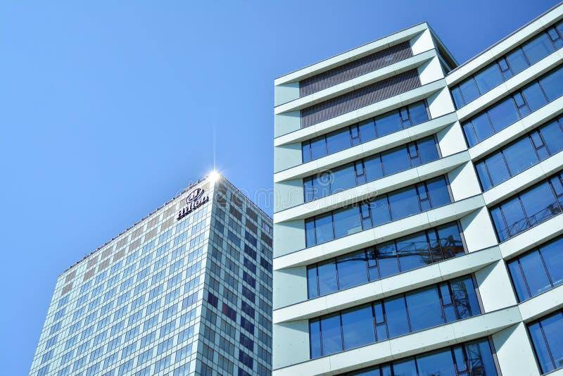 Ansicht des modernen Hotels auf dem Himmelhintergrund Hilton Hotel stockfoto