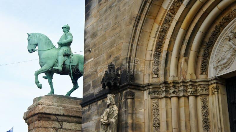 Ansicht des Monuments des Reichskanzler Otto von Bismarck zu Pferd nahe der Kathedrale von St Peter, Bremen, Deutschland lizenzfreies stockfoto