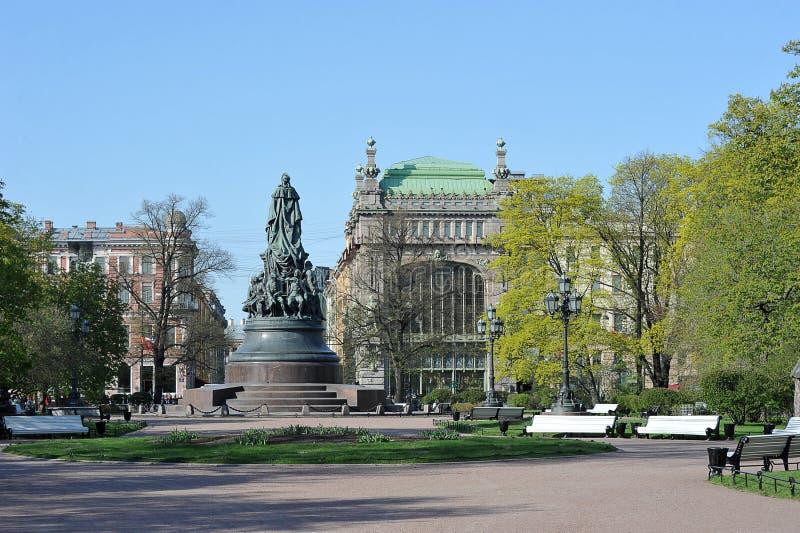 Ansicht des Monuments zu Catherine The Great und des Hauses der Kaufleute Eliseev stockbilder