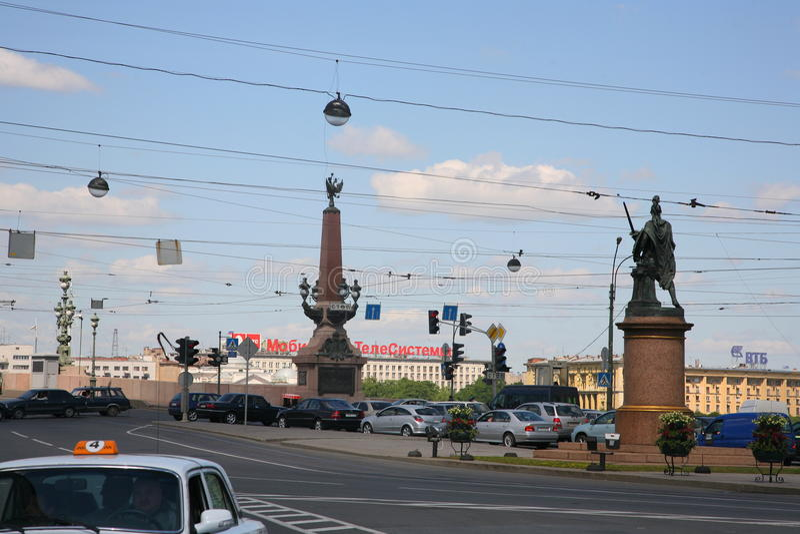 Ansicht des Monuments zu den Siegen des russischen Kommandanten Suvorov und der Dreiheitsbrücke über dem Neva-Fluss stockfotos