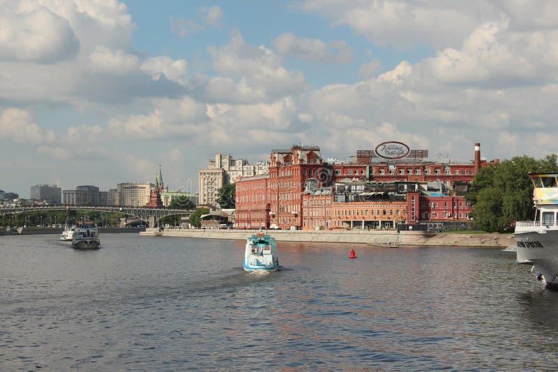 Ansicht des Moskau-Flusses, ein Schokoladenfabrik ` rotes Oktober-` und einen Bersenevskaya-Damm errichtend lizenzfreie stockbilder