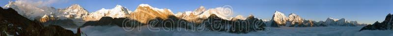 Ansicht des Mount Everests, des Lhotse, des Makalu und des Cho Oyus stockfotos