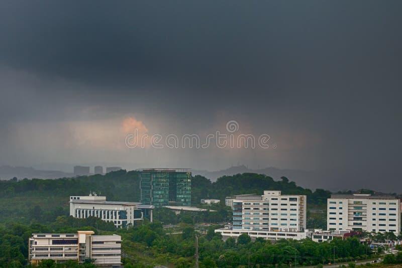 Ansicht des nähernden Regensturms, regnerische Wolken über der Stadt, Prognose des schlechten Wetters lizenzfreies stockbild