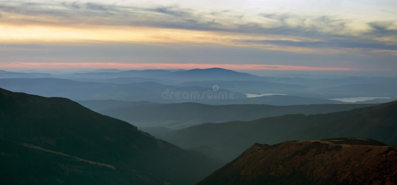 Ansicht des nebelhaften Abends von Rohace Bergen lizenzfreie stockfotos