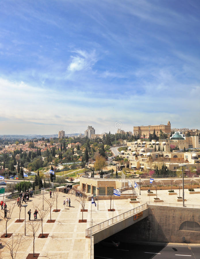 Ansicht des neuen Jerusalems - Gebäude und Leutegehen lizenzfreie stockfotos