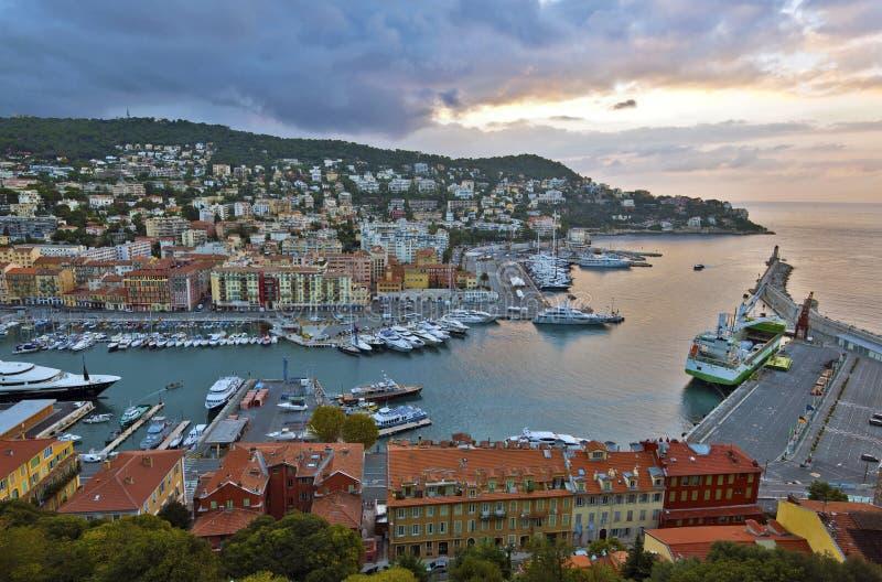Ansicht des Nizza Hafens vom Schloss-Hügel vor Sonnenaufgang lizenzfreie stockfotos