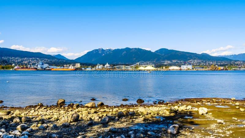 Ansicht des Nordufers des Vancouver-Hafens mit Waldhuhn-Berg im Hintergrund stockfotografie