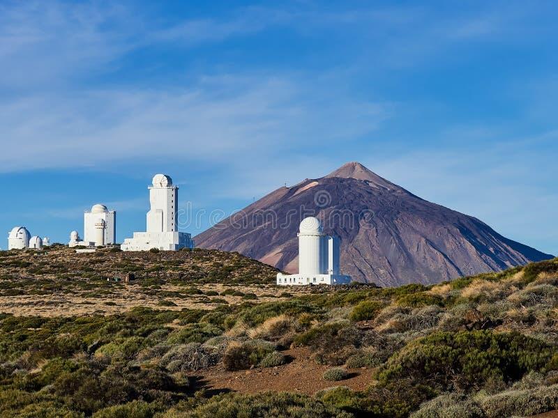 Ansicht des Observatoriums mit Berg Teide hinteren zu Observatorio Del Teide, Teneriffa, Kanarische Inseln, Spanien lizenzfreies stockfoto