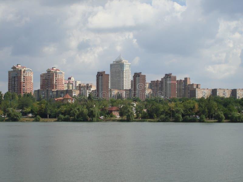 Ansicht des Ostteils der Flussbank Kalmius lizenzfreies stockfoto
