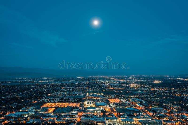 Ansicht des Palm Springs nachts, von der Skyline-Spur im Palm Springs, Kalifornien stockfotos