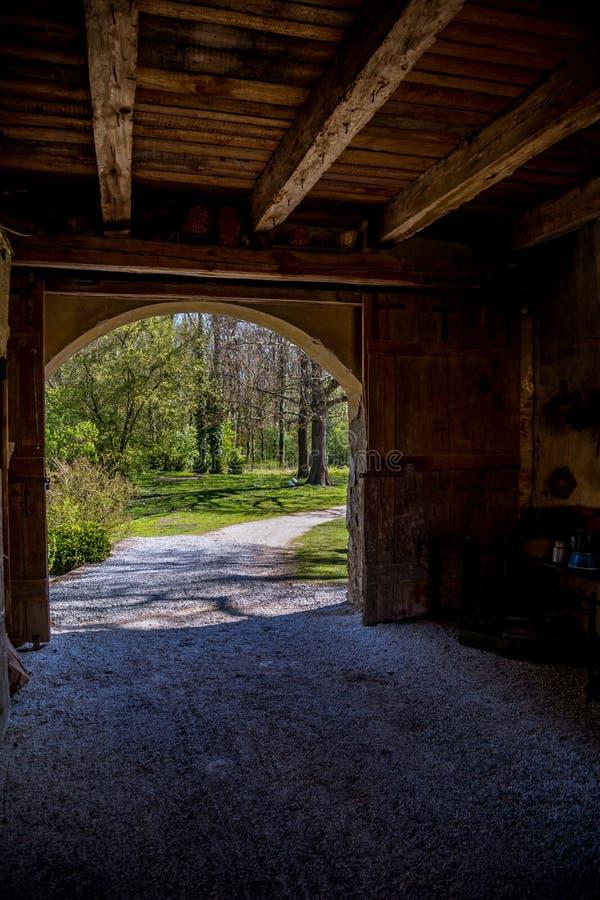 Ansicht des Parks durch das alte Tor lizenzfreie stockbilder