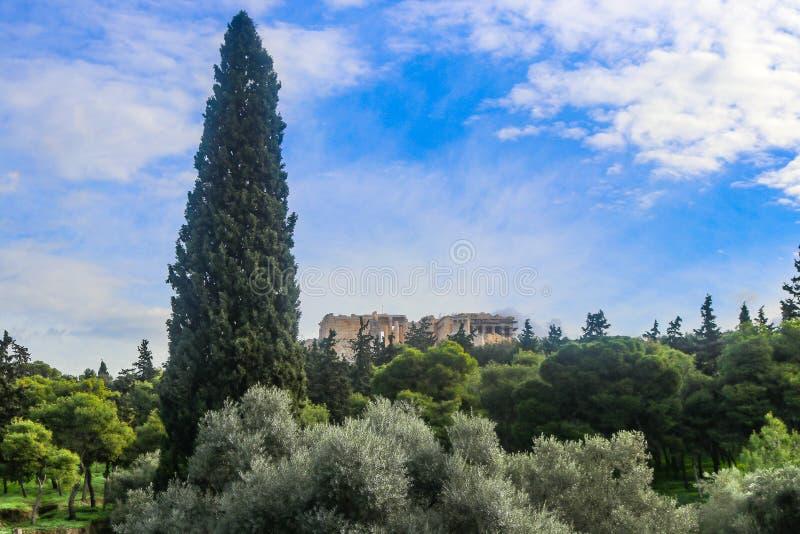 Ansicht des Parthenons auf Akropolise in Athen Griechenland von weitem mit vielen Bäumen einschließlich einen hohen populären Bau stockbilder