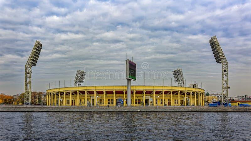 Ansicht des Petrovsky-Stadions auf der kleinen Neva-Flussbank St Petersburg, Russland stockfotos