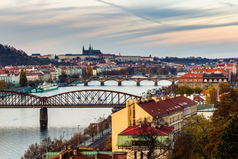 Ansicht des Prag-Schlosses und Eisenbahnbrücke über der Moldau/moldau Fluss, die vom vysehrad genommen werden, ziehen sich in Pra lizenzfreies stockfoto
