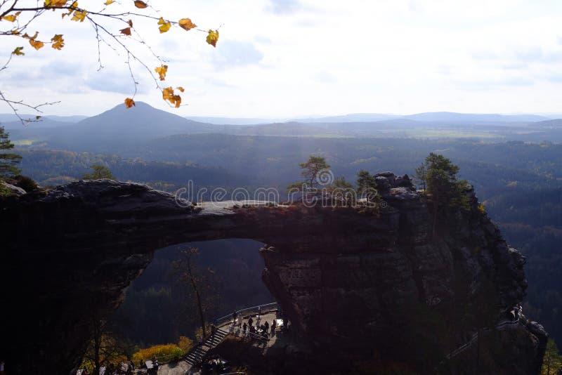 Ansicht des Pravcicka-Torbogens in Nord-Czechia lizenzfreie stockfotos