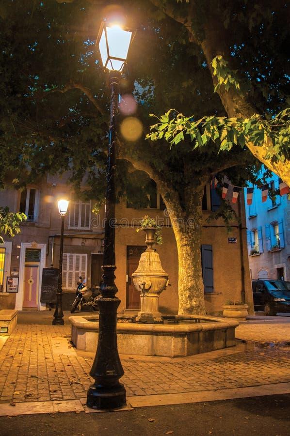 Ansicht des Quadrats mit Brunnen am frühen Abend mit Lampe beleuchtete in Rians stockfoto