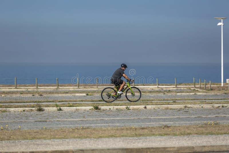Ansicht des Radfahrers gehend auf den eco Fußgänger-/Fahrradweg, nahe dem Meer und, Leca DA Palmeira, Portugal lizenzfreie stockbilder
