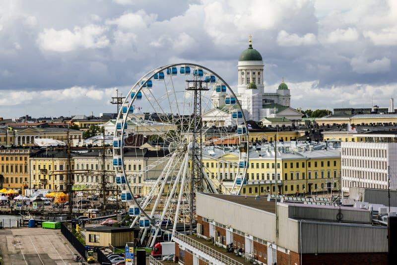 Ansicht des Riesenrads und der Kathedrale in Helsinki finnland lizenzfreie stockfotos