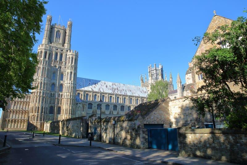 Ansicht des Südteils der Kathedrale von der Galerie-Straße in Ely, Cambridgeshire, Norfolk, Großbritannien lizenzfreies stockfoto
