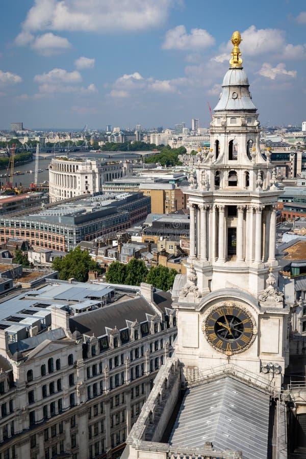 Ansicht des Südwestturms von St. Pauls Cathedral vom Cathedr lizenzfreie stockfotos