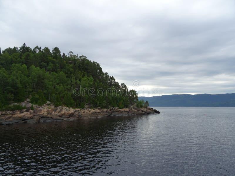 Ansicht des Saguenay-Flusses von Saint Rose du Nord in Kanada lizenzfreie stockbilder