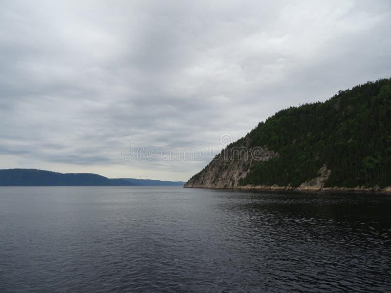 Ansicht des Saguenay-Flusses von Saint Rose du Nord in Kanada lizenzfreie stockfotografie