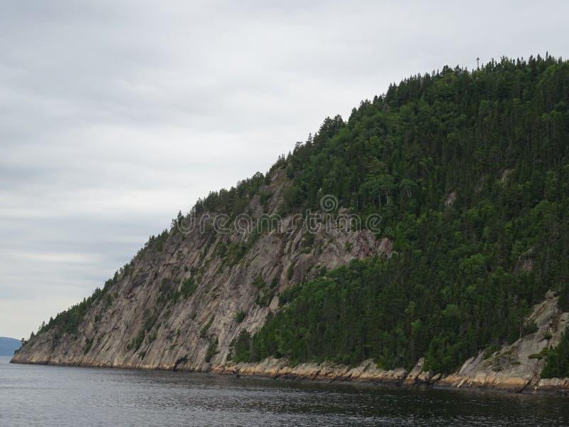 Ansicht des Saguenay-Flusses von Saint Rose du Nord in Kanada lizenzfreie stockfotos