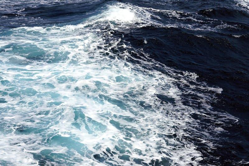 Ansicht des schönen Ägäischen Meers, dass Sie bewundern können, indem Sie mit der Fähre von einer Insel zu anderen in den Kyklade stockbilder
