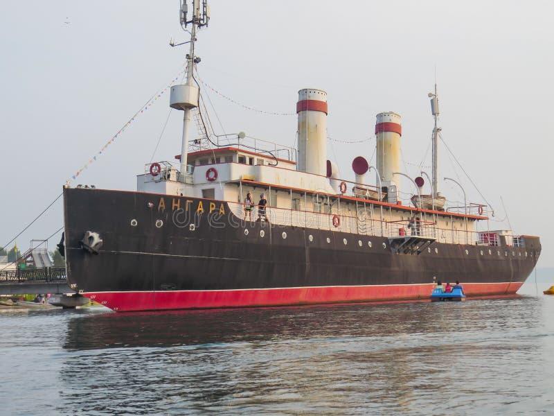 Ansicht des Schiffs, das Angara-Eisbrechermuseum, vom See stockfotografie