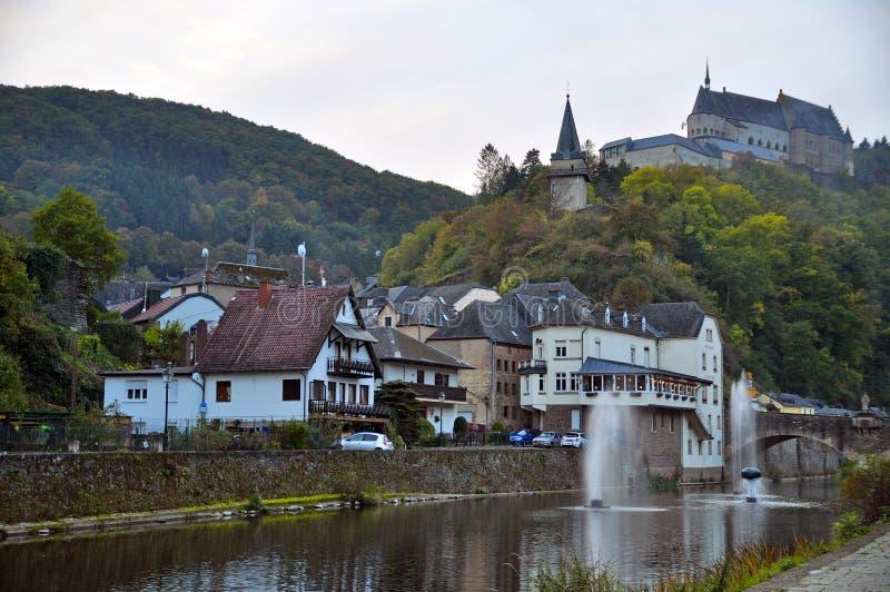 Ansicht des Schlosses und des Flusses Vianden unser herein Luxemburg lizenzfreies stockfoto