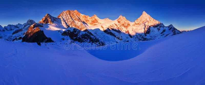 Ansicht des Schnees umfasste Landschaft mit Einbuchtung Blanche-Bergen und Weisshorn-Berg in den Schweizer Alpen nahe Zermatt Pan lizenzfreies stockbild