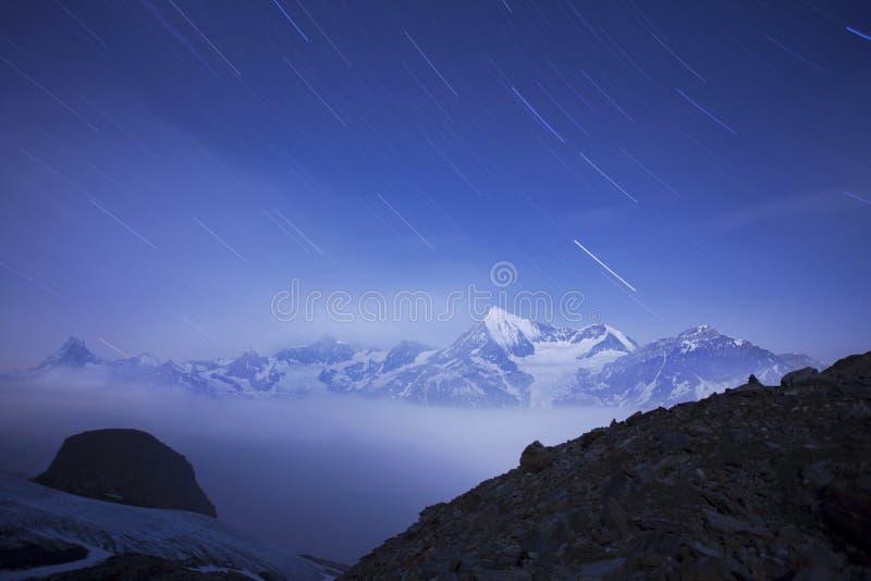 Ansicht des Schnees umfasste Landschaft mit Weisshorn-Berg in den Schweizer Alpen nahe Zermatt Panorama des Weisshorn nahe Zermat lizenzfreie stockfotografie
