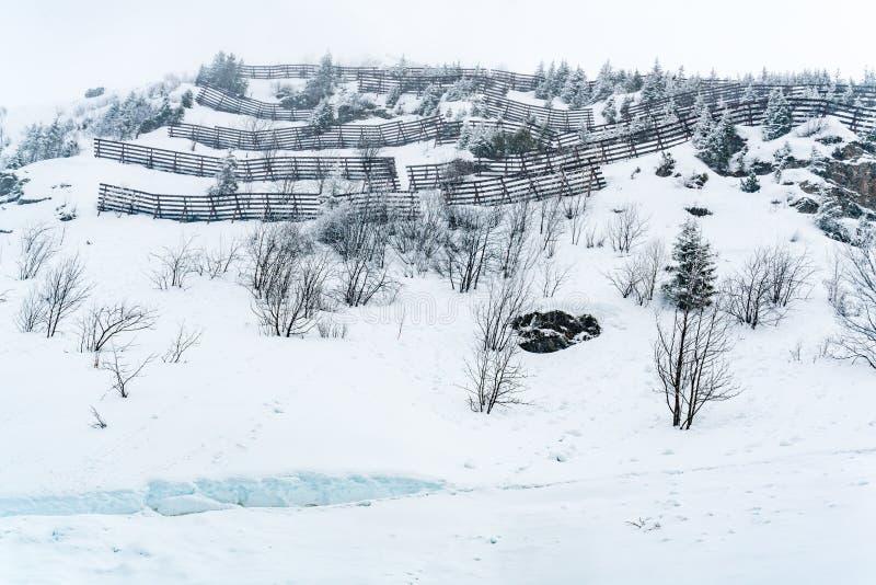 Ansicht des Schnees umfasste moutain mit Lawinenschutzsperre lizenzfreies stockfoto
