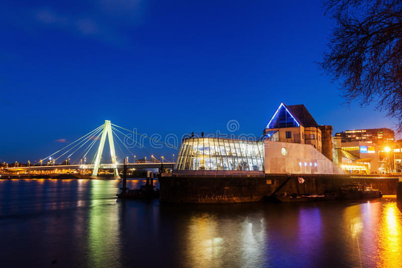 Ansicht des Schokoladenmuseums in Köln nachts stockfoto