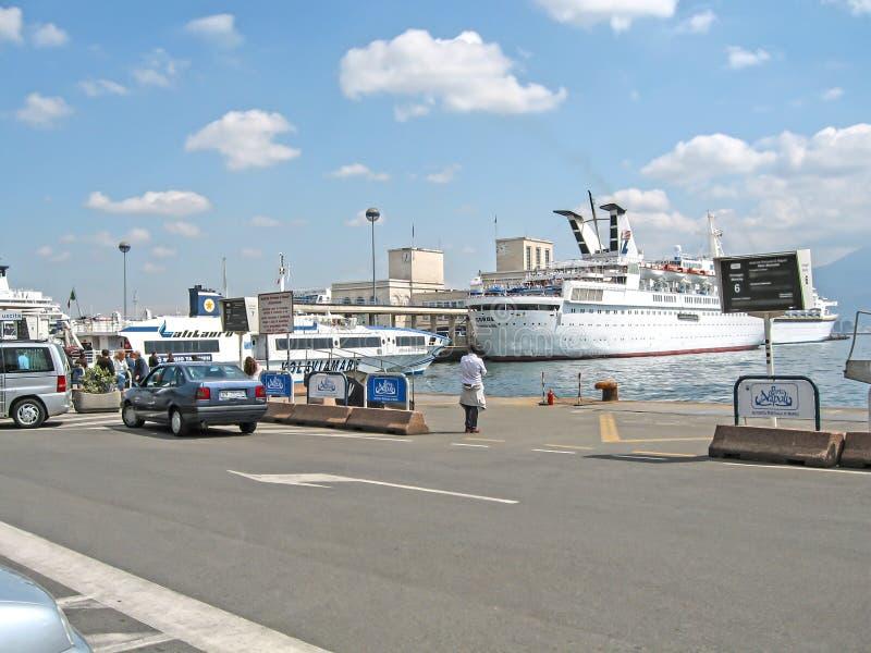 Ansicht des Seehafens und der Schiffe am Pier lizenzfreie stockfotografie