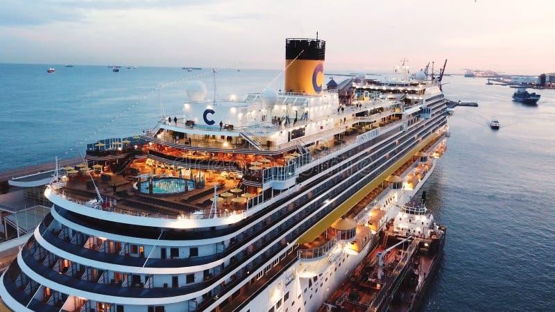Ansicht des Seehafens und der Stadt von Monte Carlo in Monaco mit vielen Yachten und Luxuskreuzschiff ablage Sch?n stockbilder