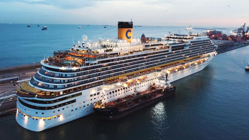 Ansicht des Seehafens und der Stadt von Monte Carlo in Monaco mit vielen Yachten und Luxuskreuzschiff ablage Sch?n stockfotografie