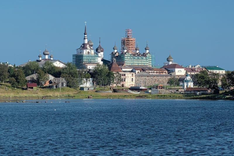Ansicht des Solovetsky Klosters vom weißen Meer lizenzfreie stockfotografie
