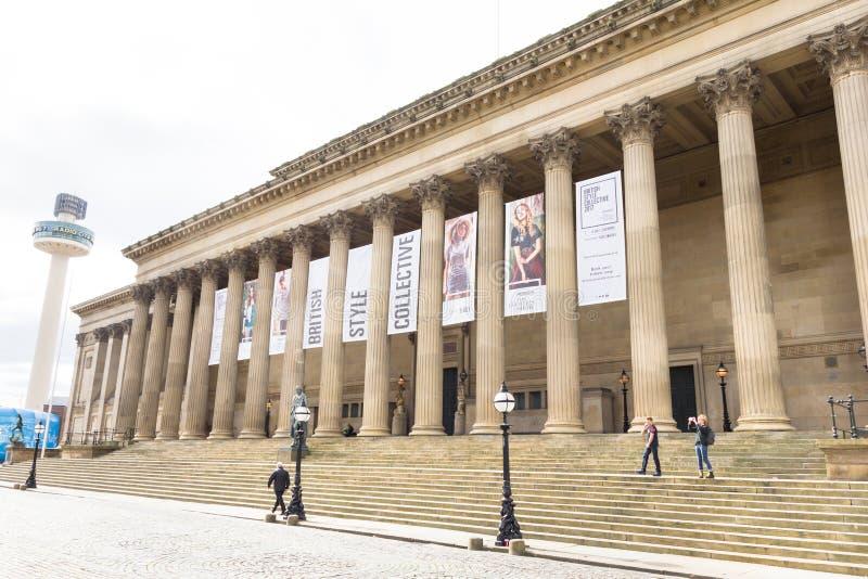 Ansicht des St- George` s Hall und die Radiostadt ragen, Liverpool, Großbritannien hoch stockfotografie