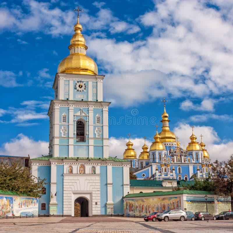 Ansicht des St. Michaels Golden-Domed Monastery mit der Kathedrale und Glockenturm gesehen in Kiew lizenzfreie stockbilder