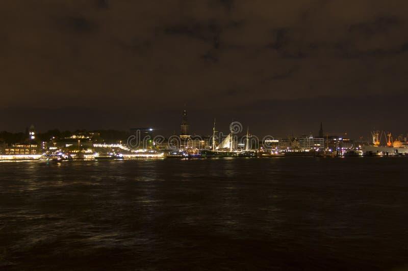 Ansicht des St. Pauli Piers bis zum Nacht, eine von Hamburgs bedeutenden Touristenattraktionen Hamburg, Deutschland lizenzfreies stockbild