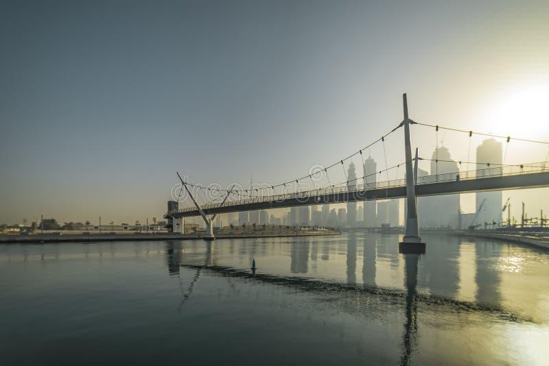 Ansicht des Stadtzentrums an der Dämmerung von der Seite des Dubai-Wasser-Kanals stockbild