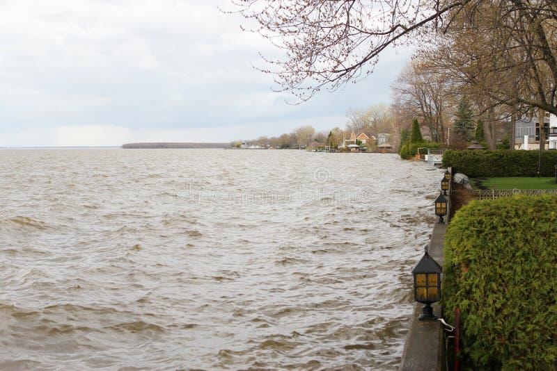 Ansicht des steigenden Sees Berges zwei stockbild