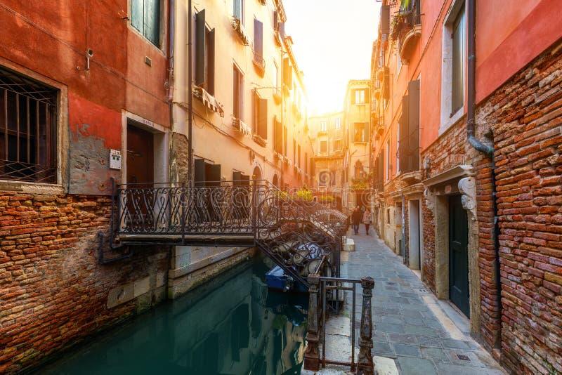 Ansicht des Straßenkanals in Venedig, Italien Bunte Fassaden von O lizenzfreie stockfotografie
