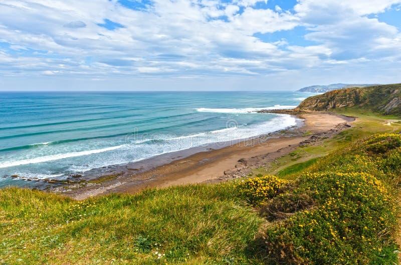 Ansicht des Strandes Azkorri oder Gorrondatxe stockbild
